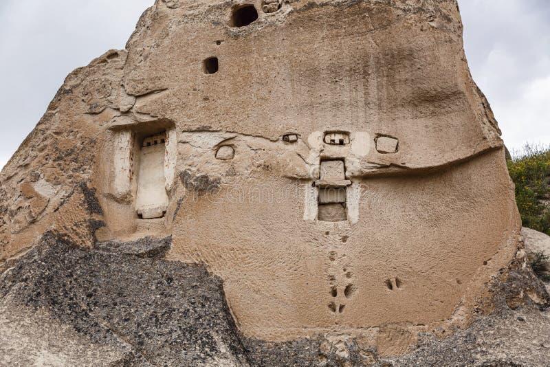 Cavernes dans les montagnes arénacées de Cappadocia Beau paysage Plan rapproch? photographie stock libre de droits