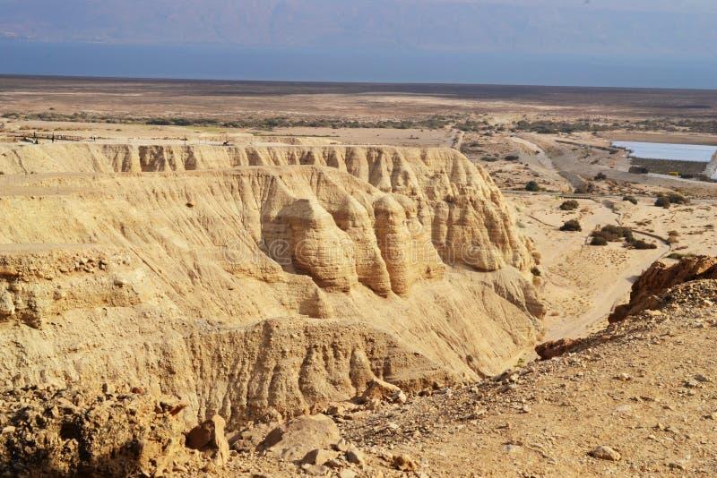 Cavernes de Qumran en parc national de Qumran, où les rouleaux de mer morte ont été trouvés, hausse de désert de Judean, Israël photo stock