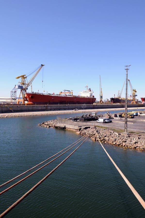 Cavi dell'ancora della nave da carico, gru del porto che lavorano alla nave fotografia stock libera da diritti