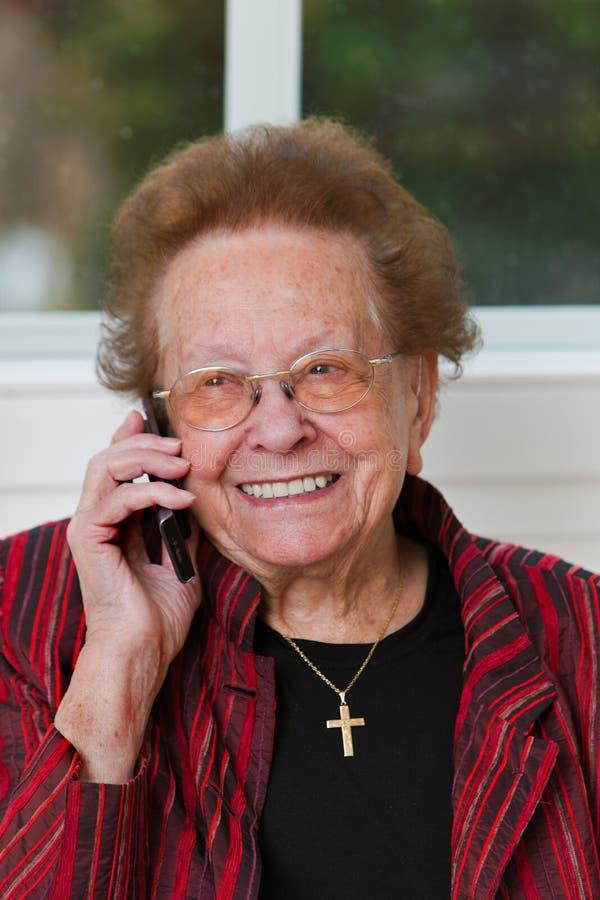 Cavi dell'anziano con la chiamata di telefono fotografia stock