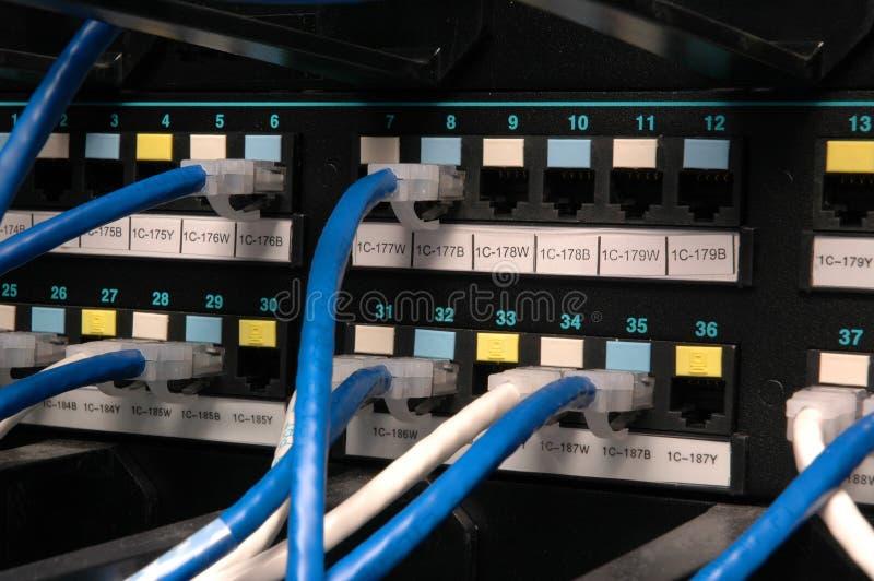 Cavi della trasmissione di dati in una baia di zona immagine stock