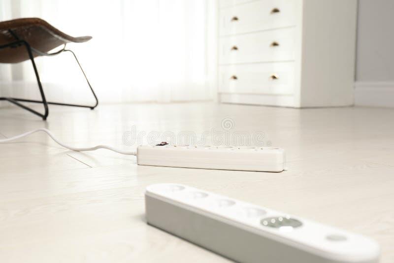 Cavi di estensione sul pavimento all'interno L'attrezzatura professionale dell'elettricista immagini stock libere da diritti