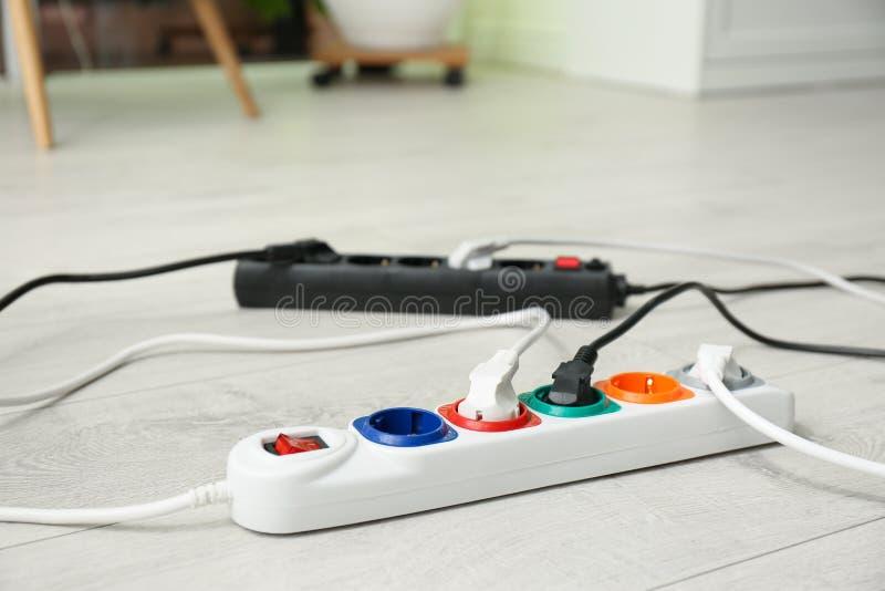 Cavi di estensione sul pavimento all'interno L'attrezzatura professionale dell'elettricista immagine stock