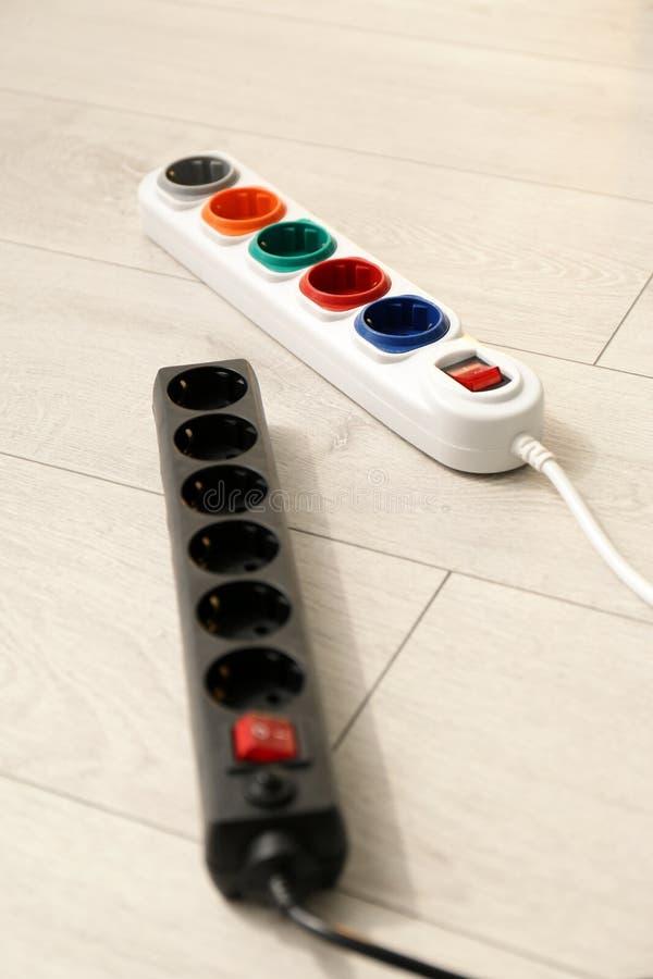 Cavi di estensione sul pavimento L'attrezzatura dell'elettricista fotografie stock