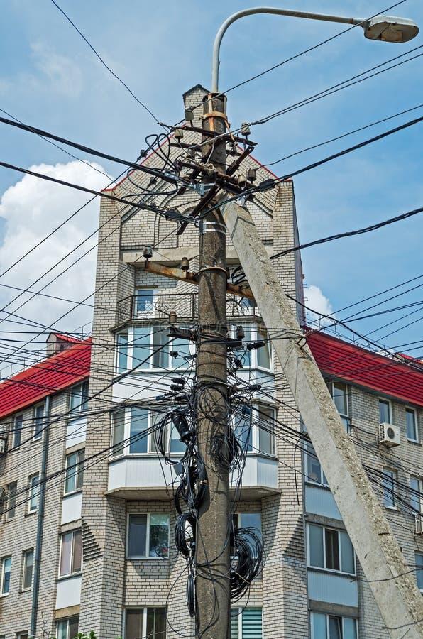 Cavi disordinati sul palo elettrico immagini stock libere da diritti