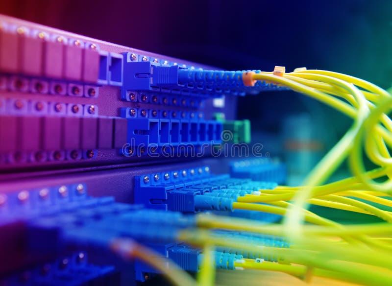 Cavi e mozzo della rete immagine stock