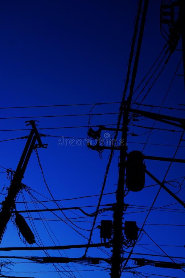 Cavi e pali di telefono elettrici fotografia stock libera da diritti