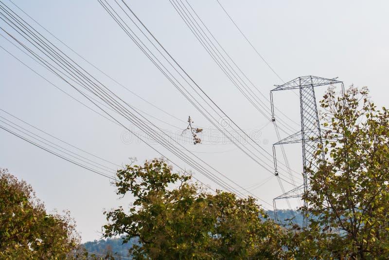 Cavi e torre ad alta tensione di elettricità fotografia stock
