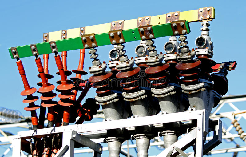 Cavi elettrici ad alta tensione in una centrale elettrica per produrre electri fotografia stock