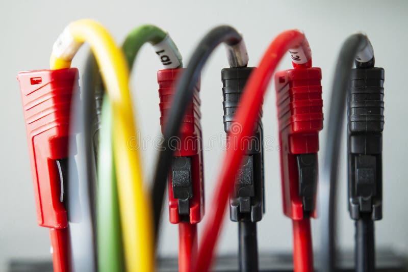Cavi elettrici con le spine terminali Strumenti di ingegneria elettrica della prova fotografie stock libere da diritti