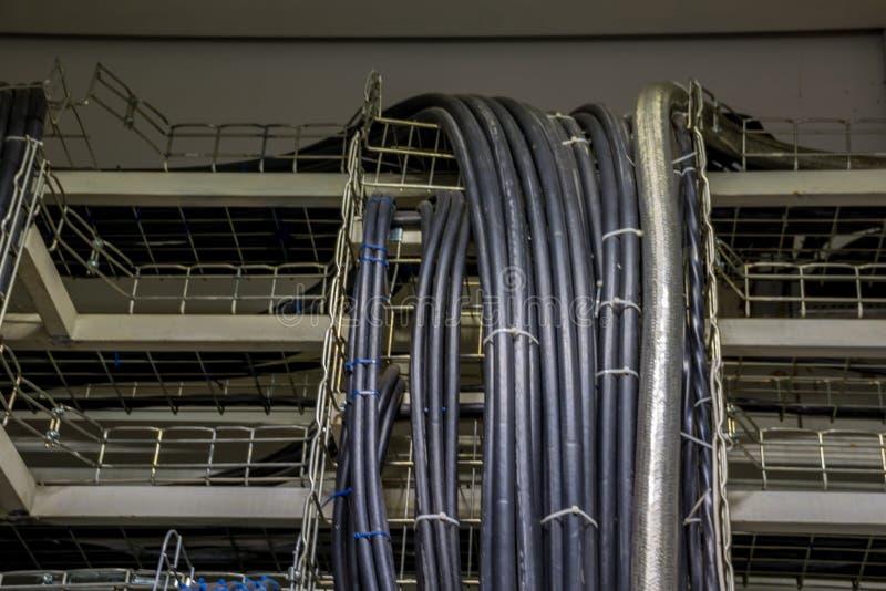Cavi elettrici nei vassoi nell'apparecchiatura elettrica di comando fotografie stock libere da diritti