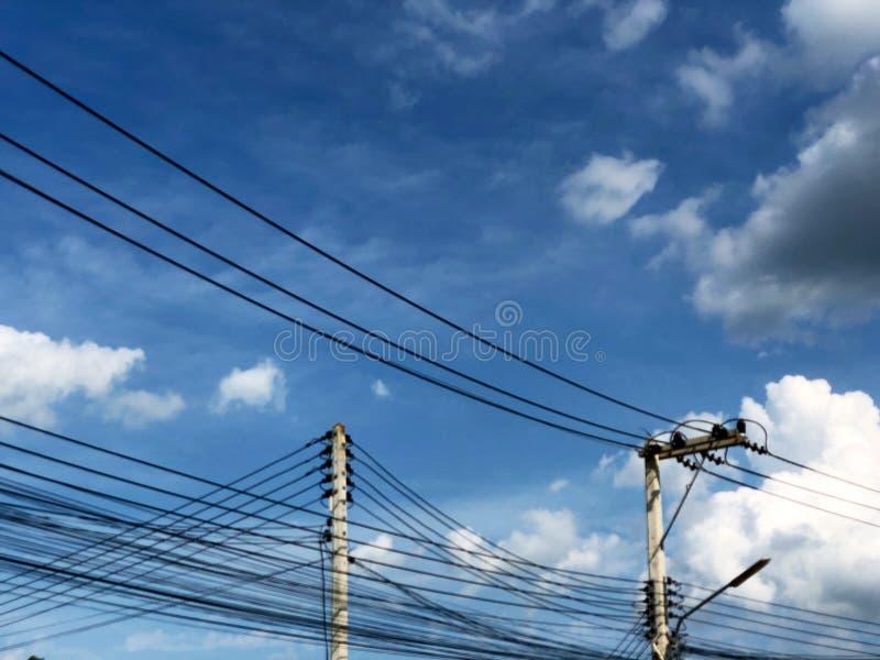 Cavi elettrici sotto il cielo fotografie stock