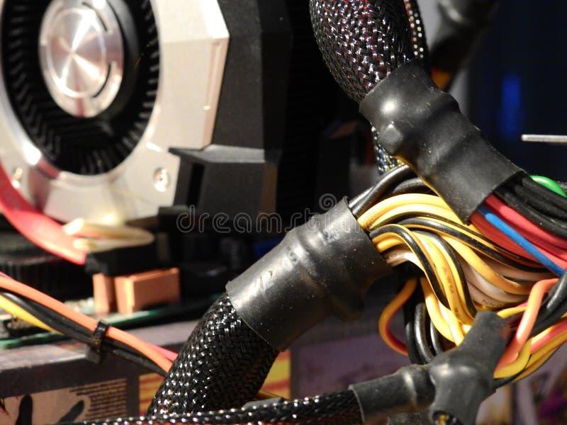 Cavi elettrici - unità di elaborazione di grafici sulla scheda madre fotografie stock