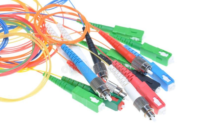 Cavi a fibre ottiche e connettori delle reti di telecomunicazione fotografie stock