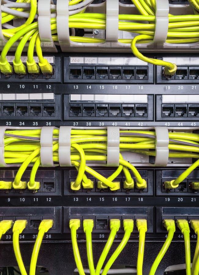 Cavi gialli di Internet del cavo di toppa immagine stock libera da diritti