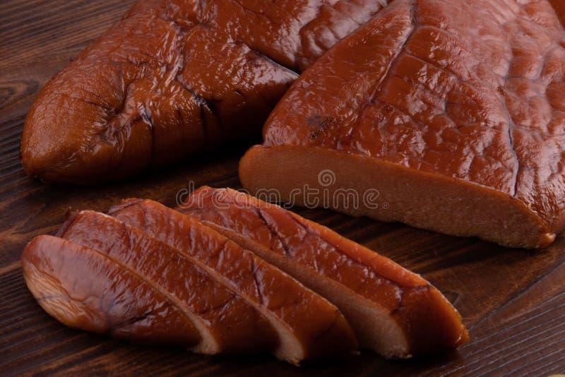 caviale affumicato crudo del merluzzo su fondo di legno fotografie stock libere da diritti