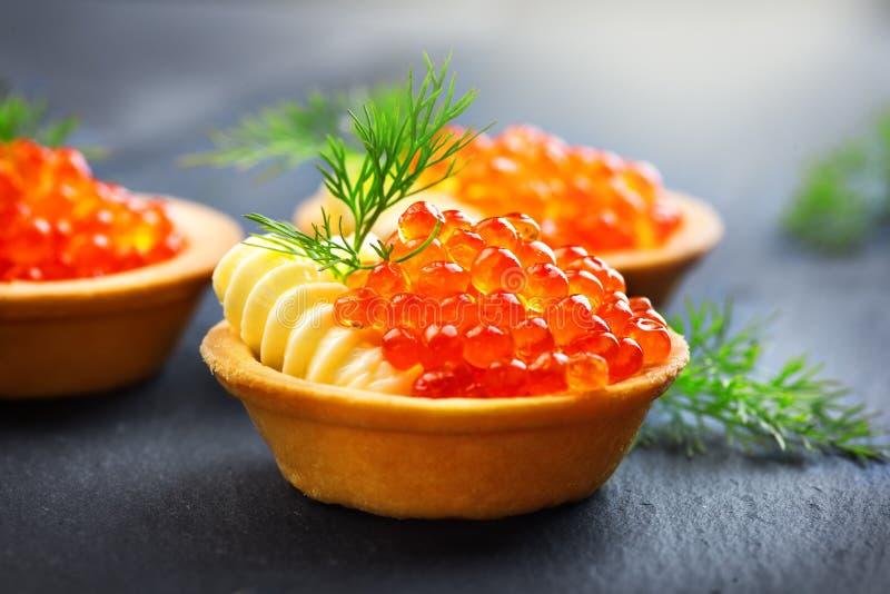 Caviale di color salmone Tartlets con il caviale rosso Alimento gastronomico Frutti di mare Caviale della trota fotografia stock libera da diritti