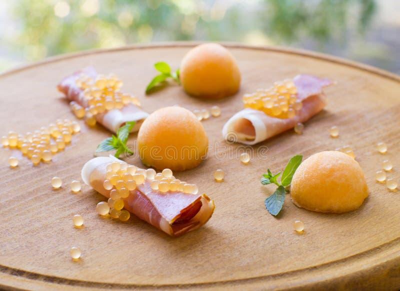 Caviale molecolare del melone, prosciutto di Parma e melone fresco fotografia stock libera da diritti