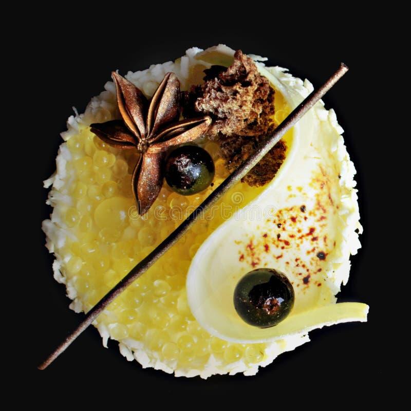 Caviar amarelo subaqu?tico da geleia do lim?o e sobremesa branca da musse do mel?o com coco, mel, chocolate branco e anis de estr fotos de stock royalty free