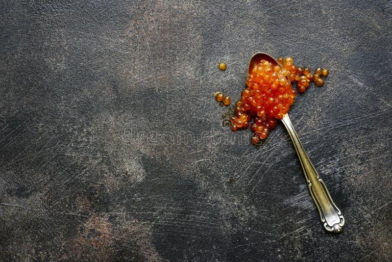 Caviar de color salmón rojo natural en una cuchara Visión superior con el espacio de la copia imágenes de archivo libres de regalías