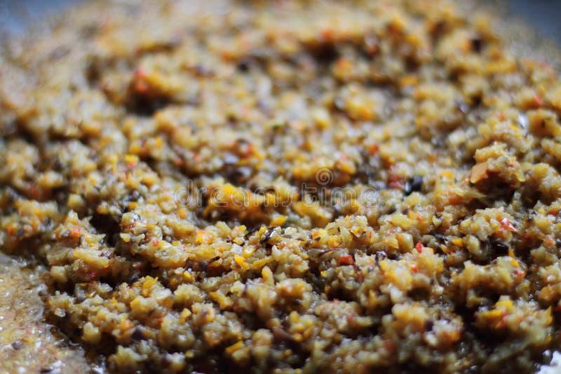 Caviar de Egglant, pequeños pedazos crudos de verduras fotografía de archivo