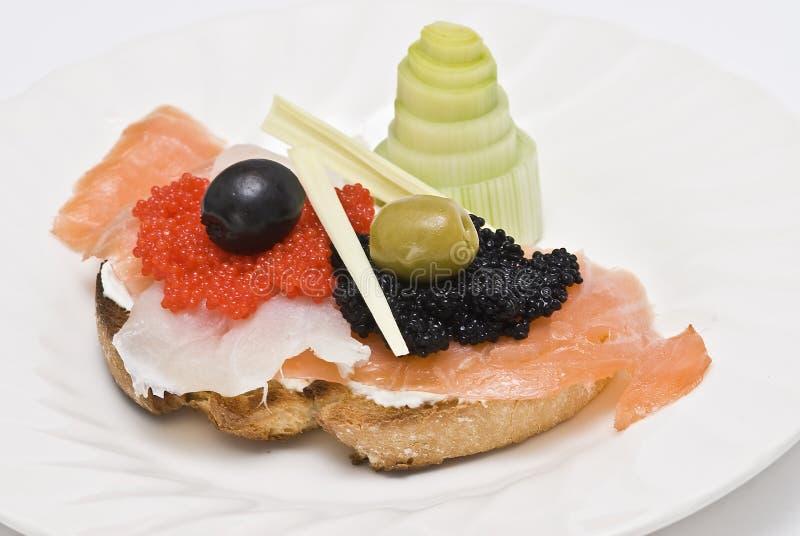 Caviar et saumons fumés sur un pain grillé. photographie stock libre de droits