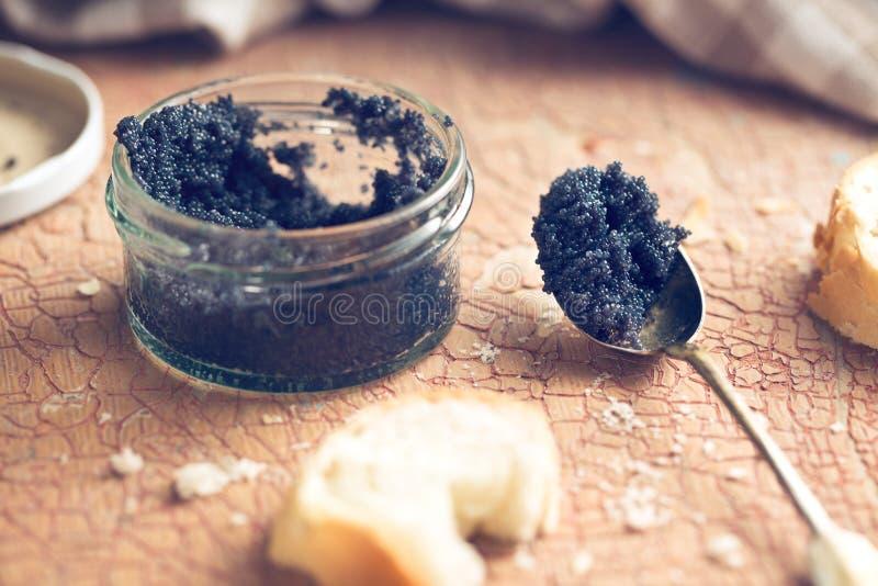 Caviar negro en tarro fotos de archivo libres de regalías