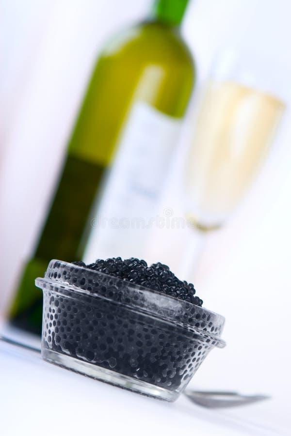 Caviar noir avec du vin photos libres de droits