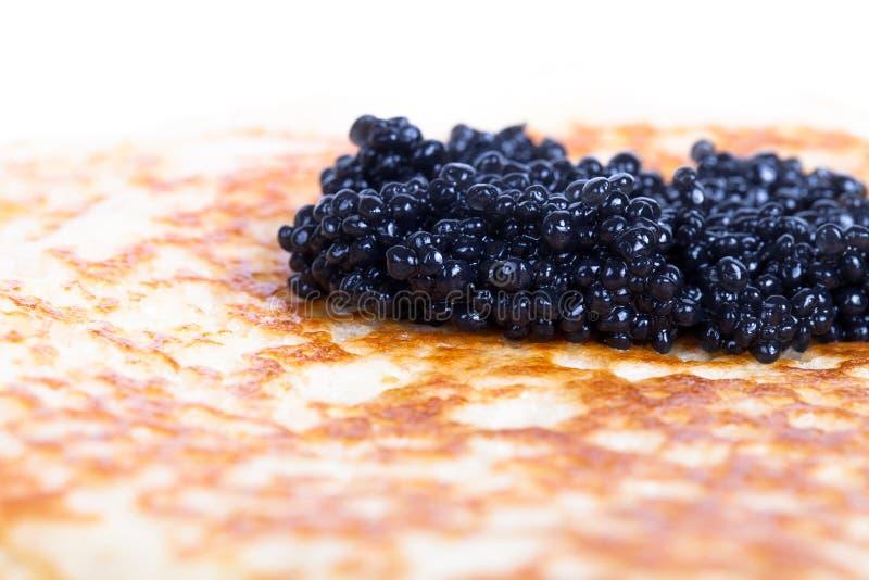 Caviar preto em uma panqueca Profundidade de campo rasa fotos de stock royalty free