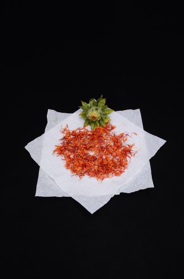 caviar rojo en la placa con el perejil y el eneldo, imagen digital de la foto como fondo foto de archivo