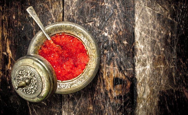 Caviar rouge dans une soucoupe photos libres de droits