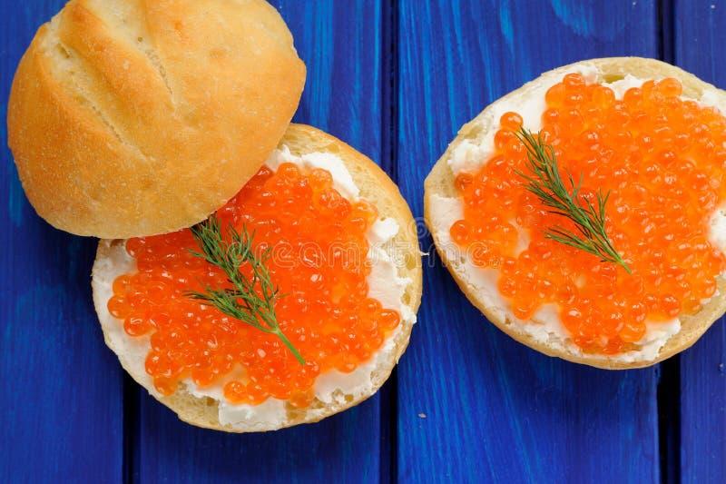 Caviar rouge et aneth vert sur des petits pains image stock