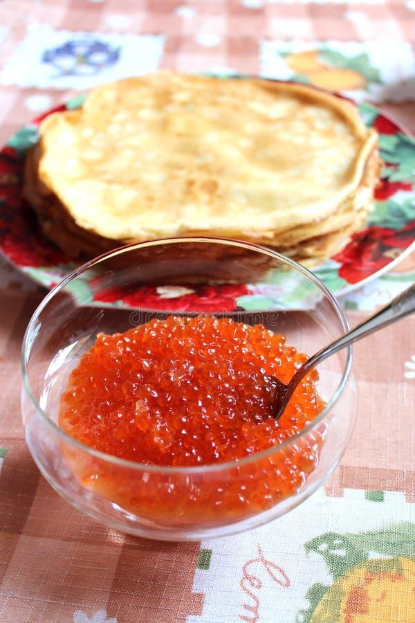 Download Caviar Vermelho Em Uma Placa Com A Colher Imagem de Stock - Imagem de russian, fundo: 29835259