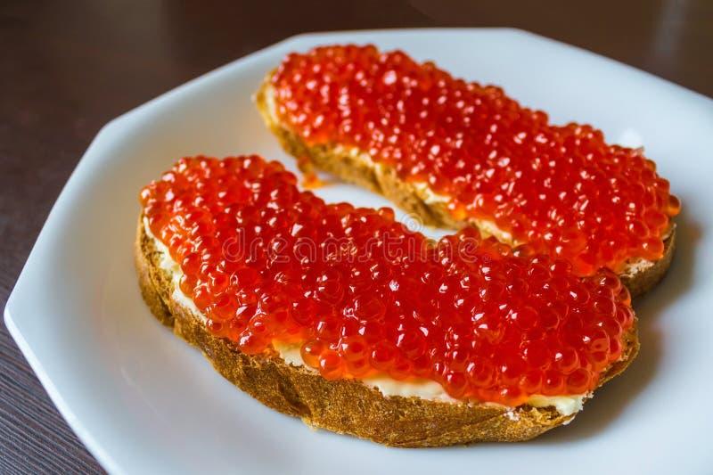 Caviar vermelho no pão foto de stock royalty free