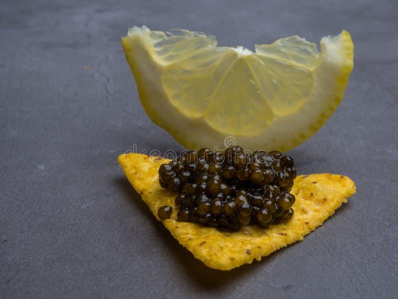 Caviar y limón negros, comida gastrónoma, aperitivo fotografía de archivo libre de regalías