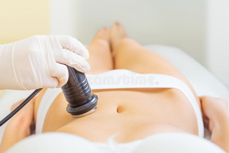 Cavitatiebehandeling met jonge vrouw stock foto's