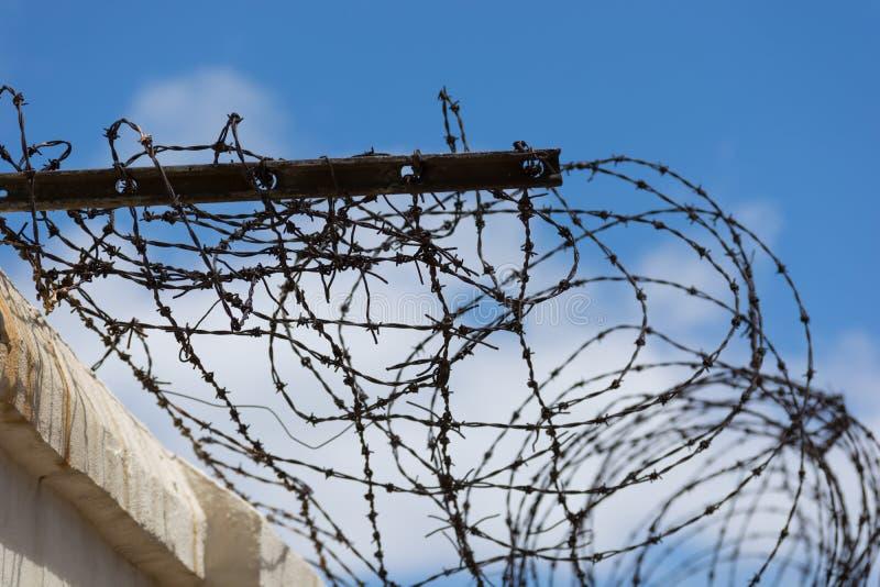 Cavo arrugginito della sbavatura su una parete ad una vecchia prigione immagini stock libere da diritti