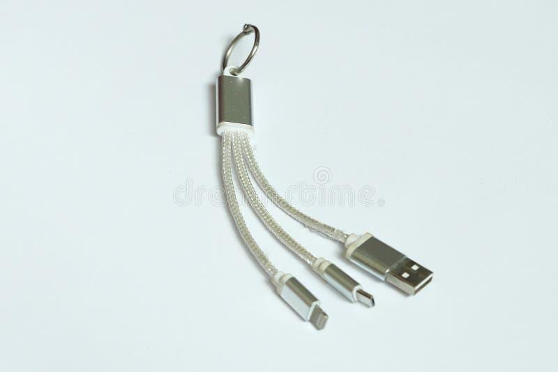Cavo di USB per sia l'androide che il telefono cellulare della piattaforma dell'IOS isolati su fondo bianco fotografie stock libere da diritti