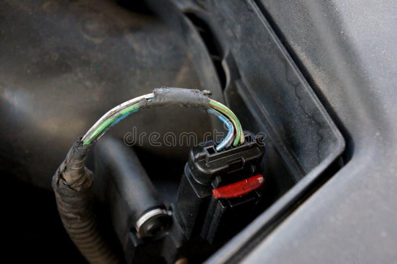 Cavo elettrico nocivo nel motore Cavo elettrico di potere rotto pericoloso fotografia stock libera da diritti