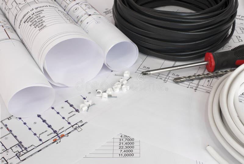 Cavo elettrico sui disegni di costruzione immagine stock libera da diritti
