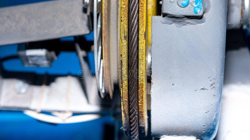 Cavo metallico nella scanalatura della carrucola per l'attrezzatura di sollevamento fotografie stock