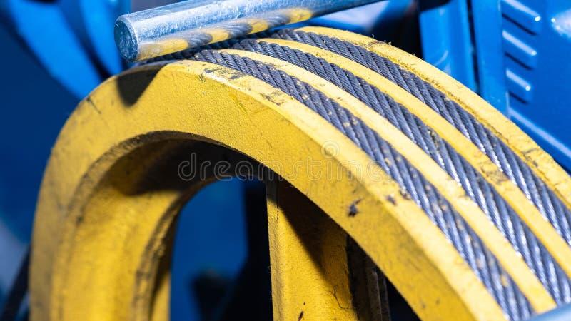 Cavo metallico nella scanalatura della carrucola per l'attrezzatura di sollevamento immagini stock libere da diritti