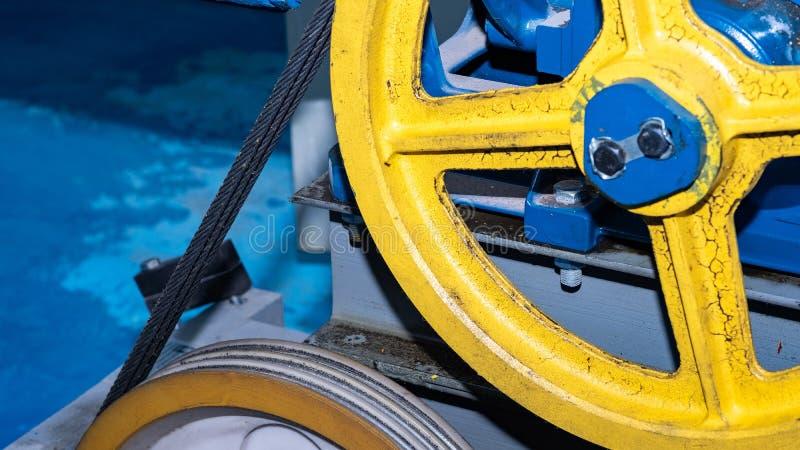 Cavo metallico nella scanalatura della carrucola per l'attrezzatura di sollevamento immagini stock