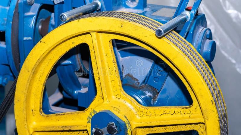 Cavo metallico nella scanalatura della carrucola per l'attrezzatura di sollevamento immagine stock libera da diritti