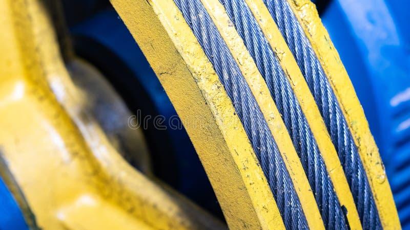 Cavo metallico nella scanalatura della carrucola per l'attrezzatura di sollevamento fotografia stock