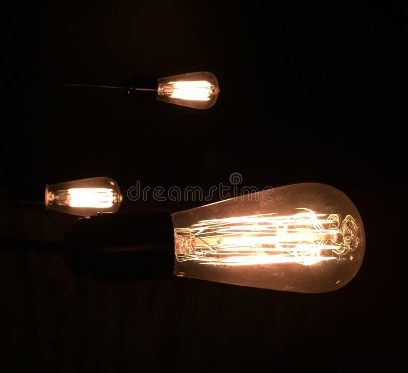 Cavo nero giallo scuro di voltaggio di energia elettrica di elettricità della decorazione dei candelieri del candeliere del risca fotografie stock