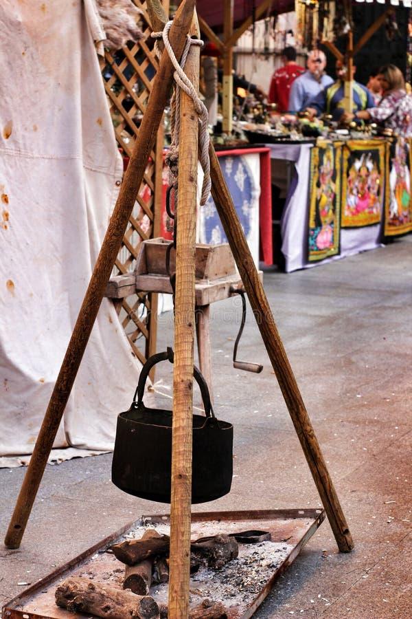 Cavoletta di ferro nera appesa a un falò fotografie stock
