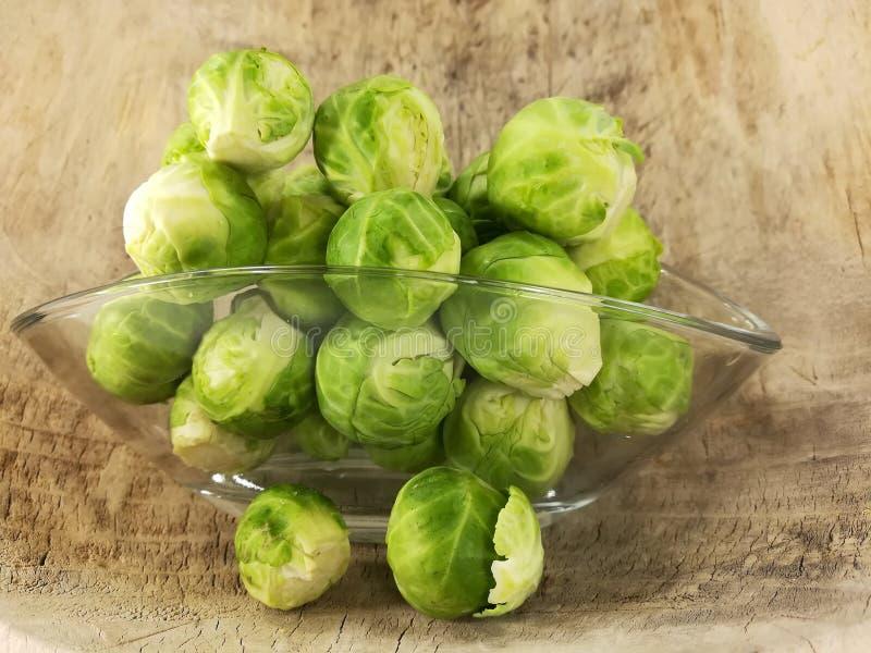 Cavoletti di Bruxelles, cavolo crudo e ricco in vitamine immagine stock