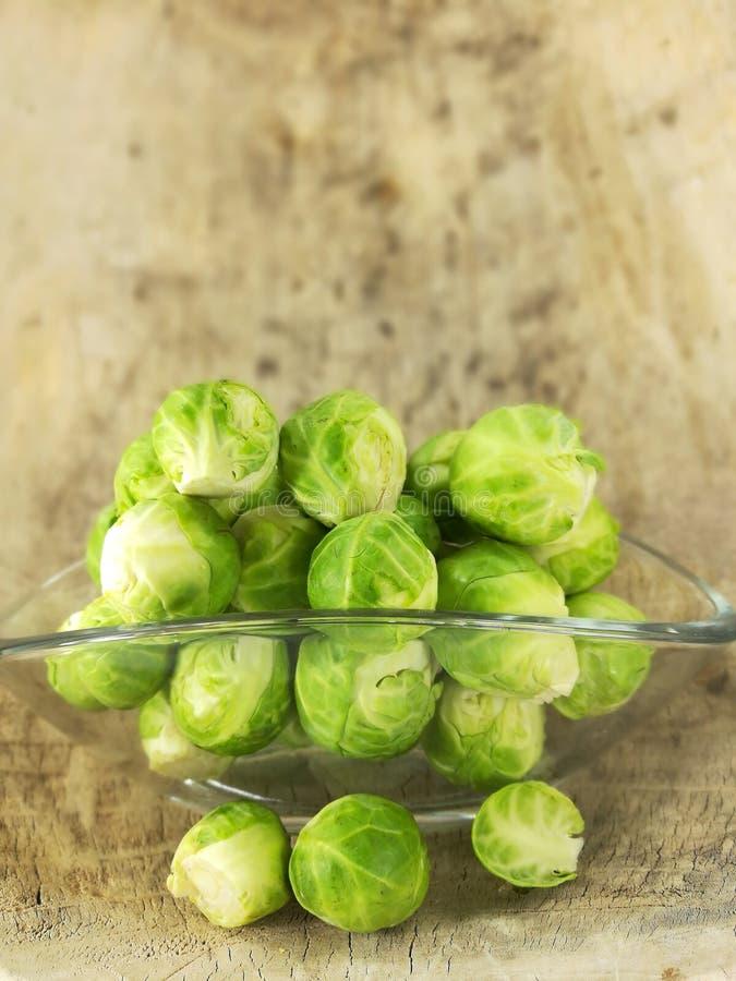 Cavoletti di Bruxelles, cavolo crudo e ricco in vitamine fotografie stock libere da diritti