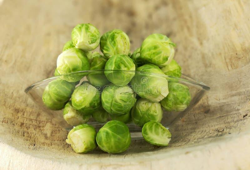 Cavoletti di Bruxelles, cavolo crudo e ricco in vitamine immagini stock libere da diritti